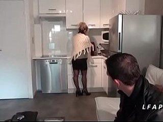 Maman cougar aux gros seins en lingerie se fait ramoner comme une chienne